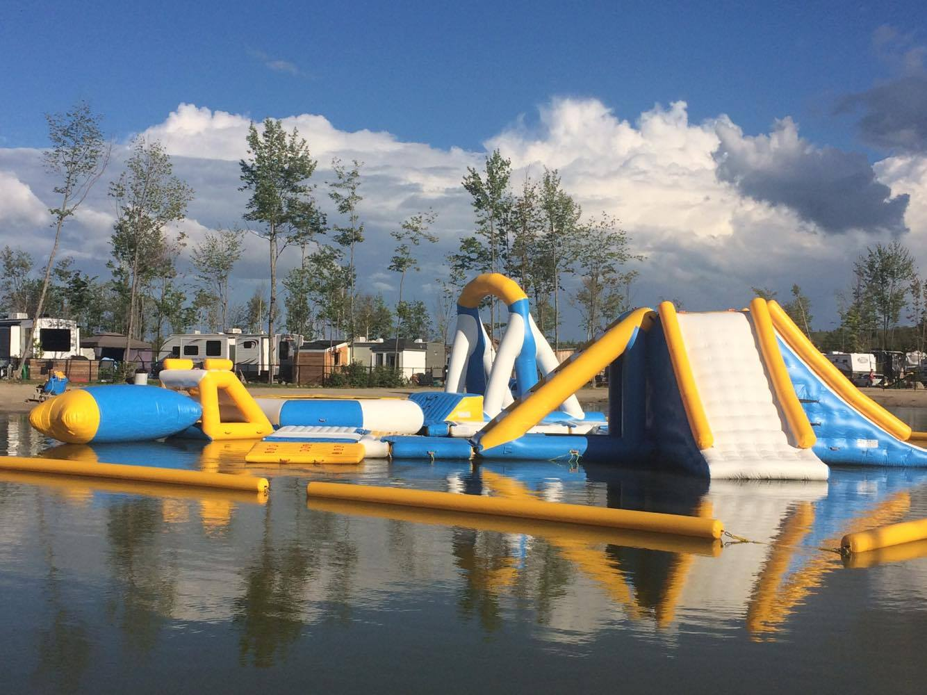 http://www.familizoo.com/ENG/wp-content/uploads/2019/01/parcours-gonflable-lac-complexe-atlantide-3-2.jpg